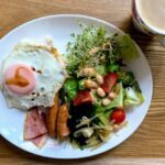 目玉焼きとソーセージの朝食と鶏肉のおかず