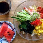 ざるラーメンと栃尾のあぶらあげの煮物となすと鶏肉、タコのマヨ和え