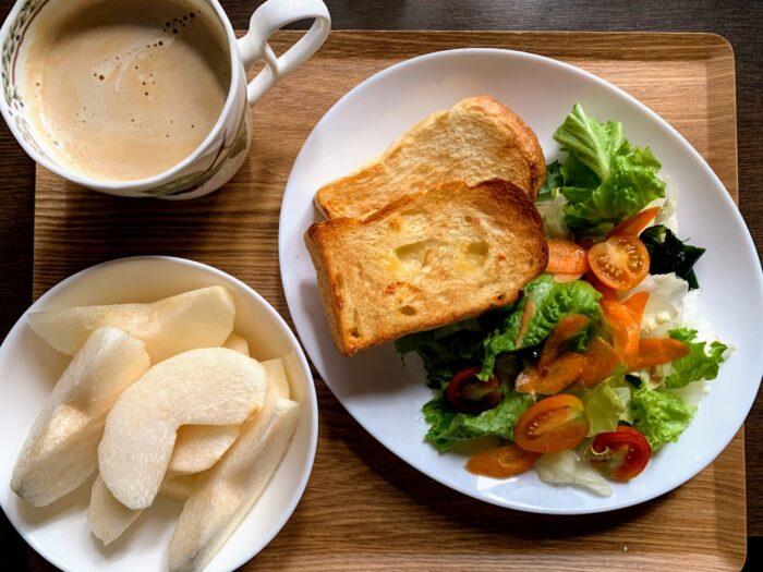 トーストとカフェオレの朝食